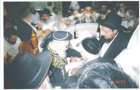 המוהל אהרן יצחק שטרן בברית מילה עם הרב עובדיה יוסף