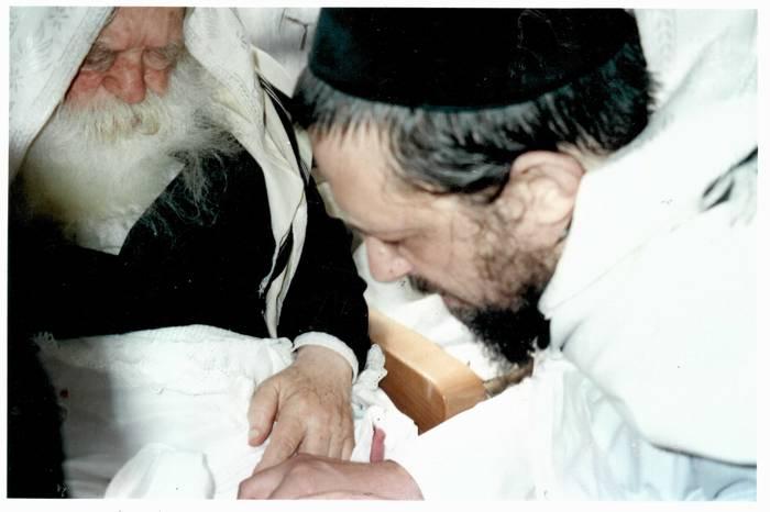 המוהל אהרן יצחק שטרן בברית מילה עם ר' חיים קנייבסקי